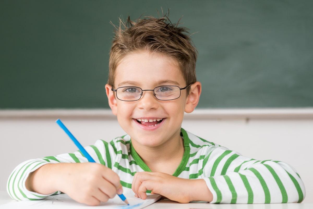 kind mit brille in der schule